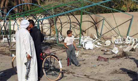 Irakere ved eksplosjonsstedet. (Foto: Scanpix/AFP)