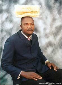 Rundlurt svindler 2: Svindleren Samuel Eze trodde han skulle lure store pengesummer fra sitt offer, men ble i stedet lurt til å sende bilde av seg selv med loff på hodet! (Foto: 419eater.com)