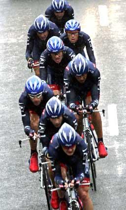 Lance Armstrong kunne være fornøyd med laginnsatsen etter dagens tempoetappe. (Foto: Scanpix)