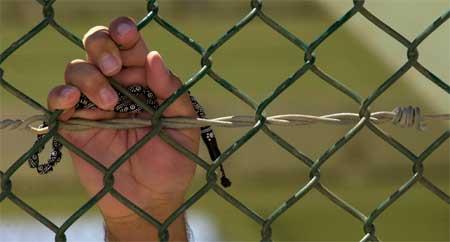 Fange i Camp Delta 4 i Guantanamo holder opp en bønnerem (Scanpix/AP)