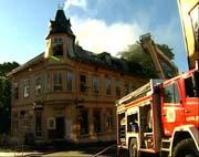En mann ble alvorlig skadd i brannen.