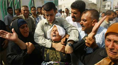Moren til et drept Hamas-medlem sørger (Scanpix/AFP)