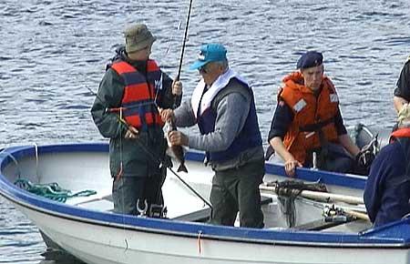 Tyske turistar vart tatt for ulovleg fiske. Foto NRK.