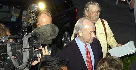 Kenneth Lay kommer for å overgi seg til FBi i Houston. Foto: Pat Sullivan, AP