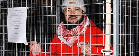 KJEMPET FOR SØNNEN: Faren Mehdi Ghezali innledet en sultestreik inne i et stålbur i Stockholm 18. desember 2002 for å få frigitt sønnen. I dag ble sønnen løslatt. (Arkivfoto: AP/Jan Collisoo)