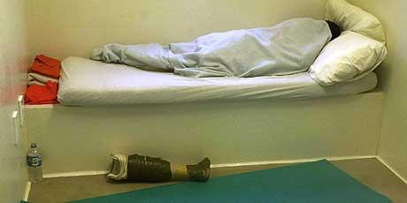 FANGER UTEN RETTIGHETER: Ifølge Pentagon er det 594 fanger igjen på basen. Bildet er tatt av en fotograf som besøkte Guantanamo 30. juni - og er godkjent av det amerikanske forsvaret. (Foto: AP/Andres Leighton)