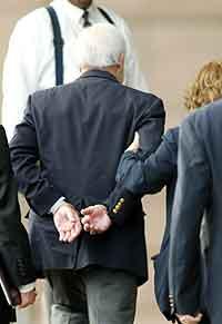 Kenneth Lay føres inn i rettslokalet i håndjern. (Richard Carson, Reuters)