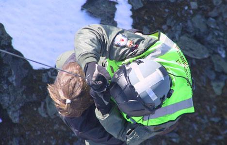 Dei fire blei redda frå fjellhylla med helikopter. Foto: 330-skvadronen.