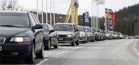 Det stor trafikk på E6 gjennom Strömstad, og nå skal den svenske regjeringen vurdere om veien skal få bomstasjon. (Foto: Berit Roald / SCANPIX )