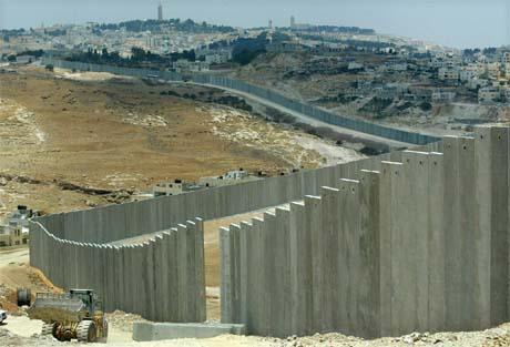 Israels omstridte mur strider mot folkeretten, mener FN-domstolen. Her med Jerusalem i bakgrunnen. (Foto: AFP/Scanpix)