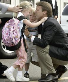 John Edward med sin datter Emma Claire (5) og sønnen Jack (3). (Foto: Reuters/Scanpix)