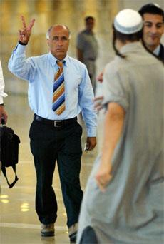 Mordechai Vanunu tar seg fram blant demonstrantene. (Foto: AP/Scanpix)