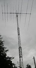 Ikke vanskelig å se hvor radioamatørene bor. Da står det en 17 meter høy mast i hagen. Foto: NRK