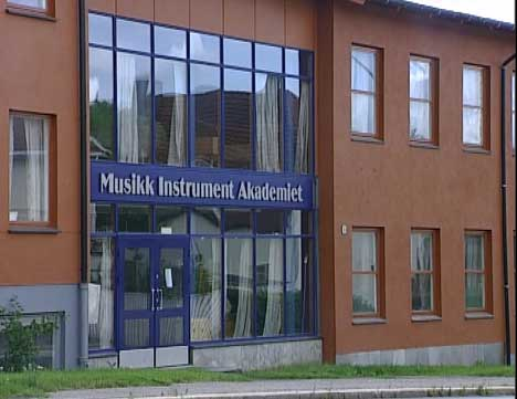Det kinesiske samboerparet som ble drept var studenter ved Musikk Instrument Akademiet i Sarpsborg. 23-åringen, som nå står tiltalt, var fetteren til den drepte kvinnen.