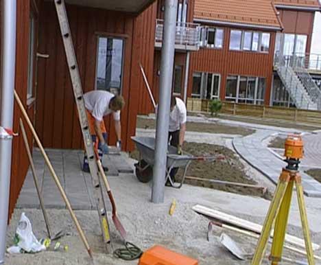 Folk jobber fortsatt på rorbuene for å få dem ferdige slik at eierene kan få brukstillatelse. ( Foto: Kathrine Brønn, NRK )