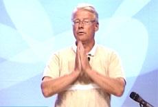 Carl I. Hagen under foredraget for menigheten Levende Ord i sommer. (Foto: NRK)