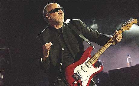 Pete Townshend prøver å overbevise fansen om at de ikke må tro på Moores påstander. Foto: Reuters.