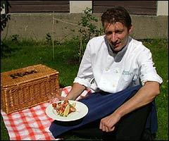 Grillmat på piknik: Reiseradiokokken Ove med scampi-grillspyd (Foto: Geir Evensen)
