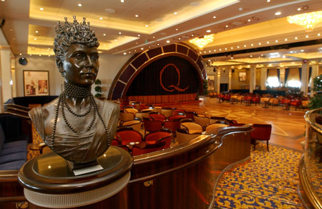 Bauta av den virkelige Queen Mary har også fått plass ombord. Foto: Scanpix.