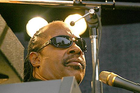 Stevie Wonder satt godt gjemt bak sine keyboarts. Foto: Arne Kristian Gansmo, NRK.