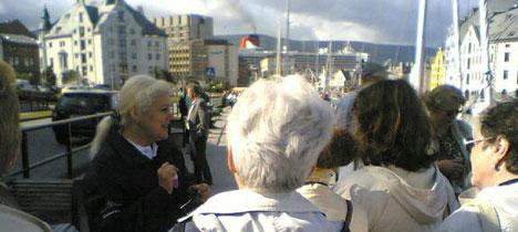 Morgonblide turistar frå Queen Mary 2. Skipet i bakgrunnen. Foto: Alf-Jørgen Tyssing.
