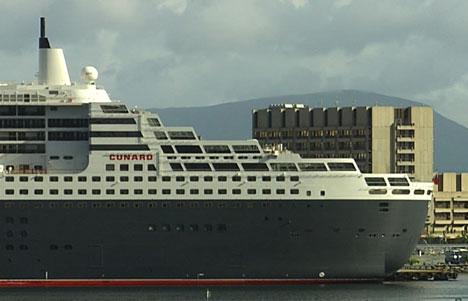 """Queen Mary 2 "" ragar høgare enn rådhuset i Ålesund. Foto: Tor Sivertstøl."
