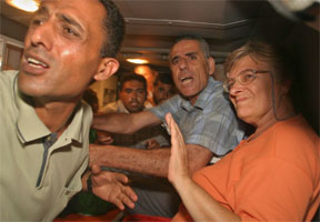 De fem franske hjelpearbeiderne som ble bortført av en militant palestinsk gruppe i Gaza-stripen, ble sent fredag kveld satt fri av væpnede palestinske sikkerhetsstyrker. (Foto: (AP/Khall Hamra)