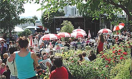 Finværet slo til lørdag, på avslutningsdagen for Moldejazz 2004. Bildet er fra Alexandraparken i Molde sentrum som skal videreutvikles som en viktig arena for jazzfestivalen. Foto: Kjell Herskedal, Scanpix.