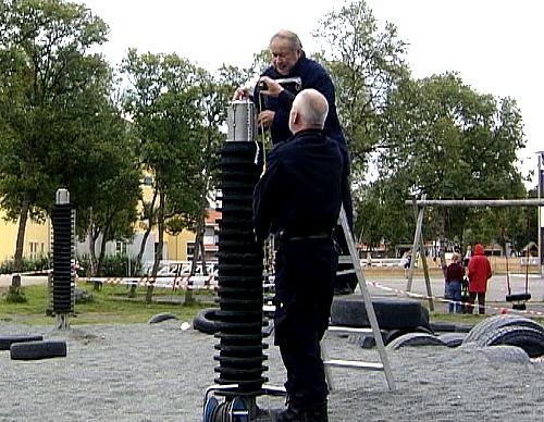 Teknikere fra Det Norske Veritas undersøker bruddstedet på lekestativet som knakk og falt over en 12 år gammel jente. Foto: NRK.