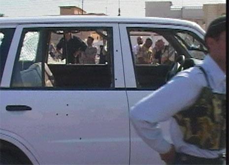 DREPT PÅ VEI TIL JOBB: Ukjente menn åpnet ild mot bilen fra en område nær en kontrollpost. (Foto: Reuters)