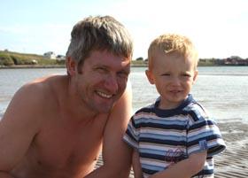 Inggar Henriksen og Gustav Sotkajervi ute i det varme vannet. (Foto: Kim Nystøl, NRK)
