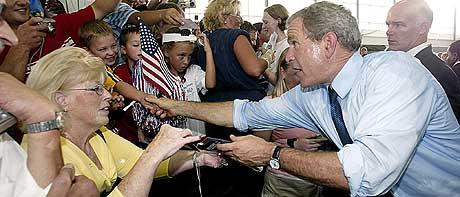 FREDSPRESIDENTEN: USAs president George W. Bush deltok på et valgmøte i Cedar Rapids tirsdag. (Foto: Stephen Jaffe/AFP)