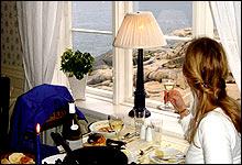 Fra fyr til restaurant: På Stangholmen er det gamle fyret gjort om til spisested (foto: Jens A. Riisnæs)