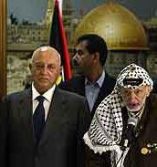 Arafat vil ikke gi Qurie (t.v.) fullmaktene han trenger. (Foto: B. Linsley, AP)