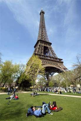Billige flybilletter gjør at nordmenn kan reise mye. Eiffeltårnet i Paris (Foto: AFP Photo/Gabriel Bouys)