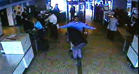 En av flykaprerne går gjennom en ekstra sikkerhetssjekk på Dulles Airport i Washington om morgenen 11. september 2001. (Foto: AP/Scanpix)