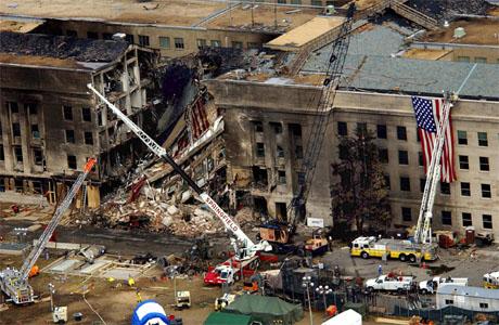 Flykaprerne styrtet flyet inn i bygningen til USAs forsvarsdepartement, Pentagon. Bildet er fra redningsarbeidet få dager etter angrepet. (Arkivfoto: AFP/Scanpix)