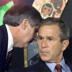 President George W. Bush blir informert om terrorangrepene under et skolebesøk i Sarasota i Florida 11. september 2001. (Arkivfoto: AFP/Scanpix)