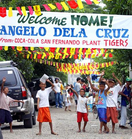 En entusiastisk lokal mottakskomité venter på Angelo utenfor hans hjem i Buenavista nord for Manila i dag. (Foto: AFP/Scanpix)