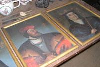 En rekke kongeportretter ligger lagret på loftet.