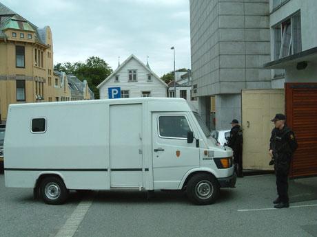 Arendal-mannen ankommer fengslingsmøtet i Stavanger Tinghus. Foto: Tom Nilsen