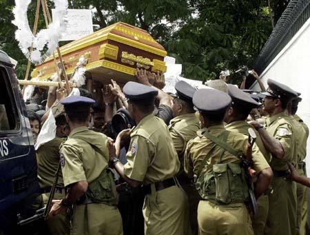 Væpnet politi stanset demonstrantene før de kom inn på ambassadeområdet. (Foto: S.Vidanagama, AFP)