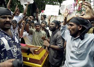 Demonstranter fra et tamil-parti brukte liket av en partifelle til å si at Norge er for ettergivende for Tamil-tigrene. (Foto: S.Vidangama, AFP)