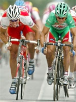 Thor Hushovd og Robbie McEwen i spurt. Foto: AP Photo/Laurent Rebour.