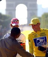 Lance Armstrong blir gratulert av den amerikanske skuespilleren Will Smith. Foto: REUTERS/Pool.