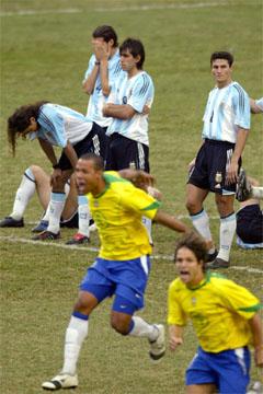 Brasils spillere jubler over seieren i Copa America, mens Argentinas spillere fortviler. (Foto: AFP/Scanpix)