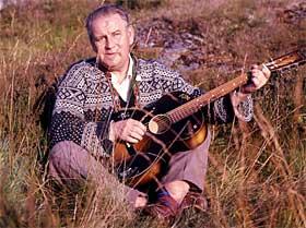 Alf Prøysen ved steinrøysa på Rudshøgda i 1964. Foto: Ivar Aaserud/Aktuell/Scanpix