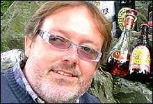Ølekspert Espen Smith lar gjerne pølsene trekke i øl. (Foto: Marius Saasen Strand)