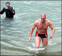 I helga trena London-advokaten i isvatnet ved Nigardsbreen. (Foto: Peder Kjærvik)