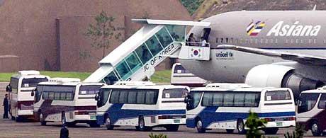 MASSEFLUKT: Det første flyet med over 200 nordkoreanske avhoppere landet i natt. (Foto: Lee Jin-man/AP)